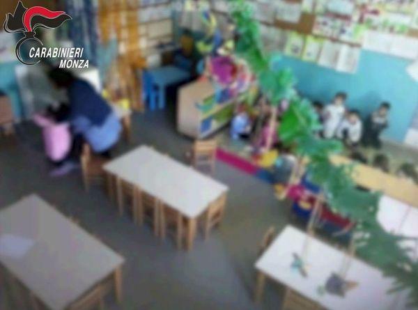 Calci e pugni ai bambini dell'asilo: denunciata una maestra