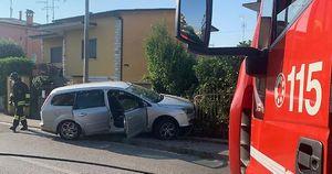 Auto contro una cancellata, sradicato contatore del gas