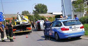Si ribalta con l'auto: 22enne rimane ferita