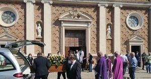 La comunità commossa per l'ultimo saluto all'ex sindaco Peccati