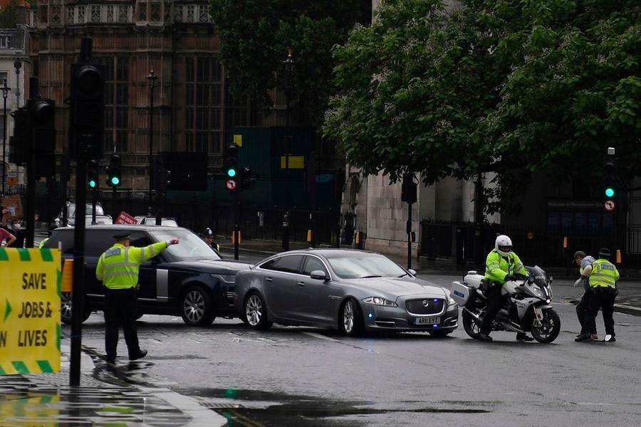 'auto Boris Johnson tamponata corteo illeso premier britannico