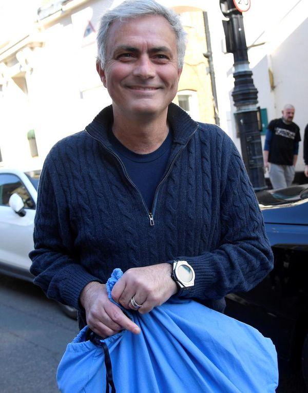 """Mourinho è il nuovo allenatore della Roma. Ed è subito """"daje!"""". L'annuncio dopo l'addio a Fonseca. Il titolo vola in Borsa"""