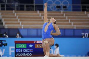 Luciana Alvarado, la ginnasta che si inginocchia mentre gareggia