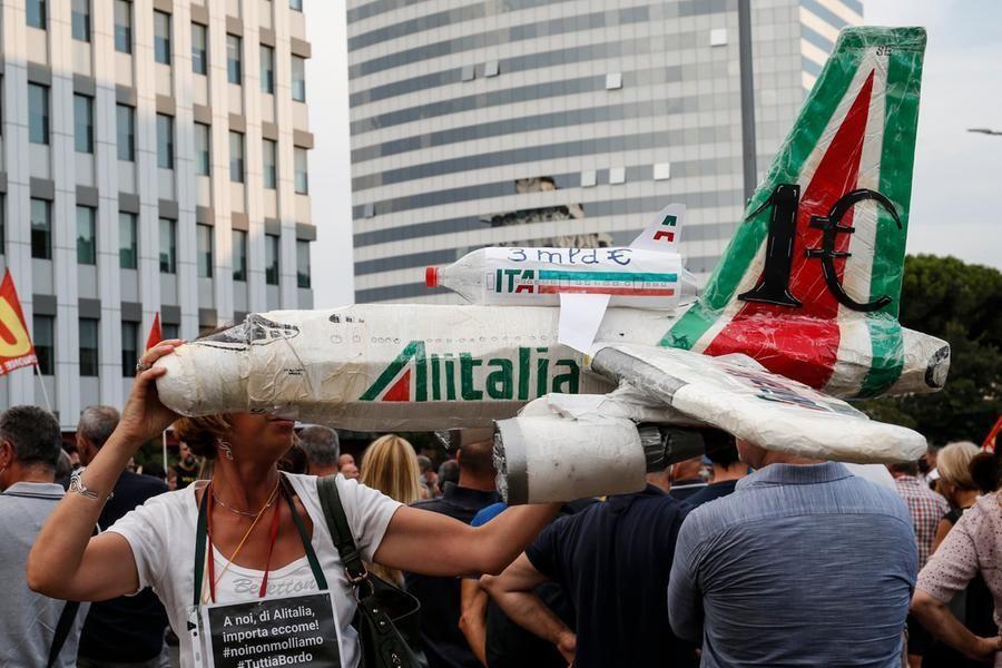 Corsa ad evitare il fallimento di Alitalia: cassa e formazione per gli 8 mila esuberi