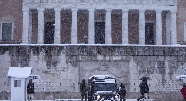 Maltempo in Grecia, neve ad Atene: il Partenone innevato