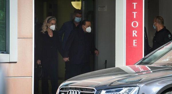 Silvio Berlusconi lascia l'ospedale San Raffaele dopo il ricovero
