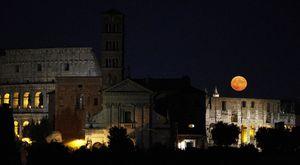 Roma, la luna rossa nel cielo della Capitale