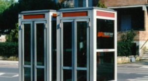 Roma, vive in una cabina telefonica da mesi: nessuno si cura di lei