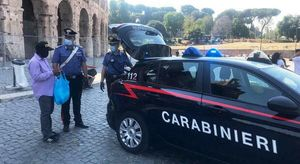 Roma, saltafila abusivi al Colosseo: avevano anche Pos collegati a conti personali. Multe per oltre 30mila euro