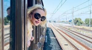 Madonna, saluti a sorpresa in Puglia: canta e balla sul treno storico