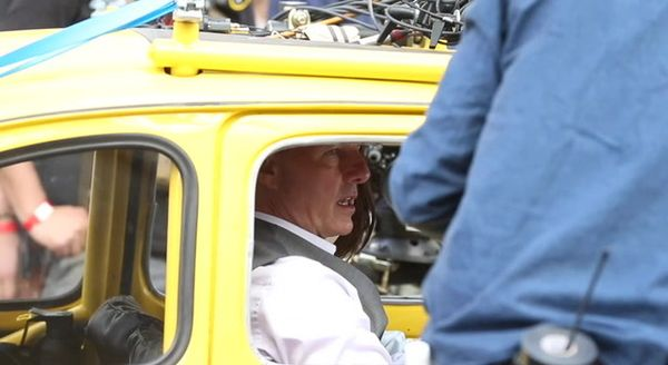 """Roma, Tom Cruise in 500 gialla sul set di """"Mission Impossible 7"""" in Via Nazionale"""