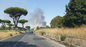 Due maxi incendi sulla Cristoforo Colombo, traffico in tilt e code da incubo