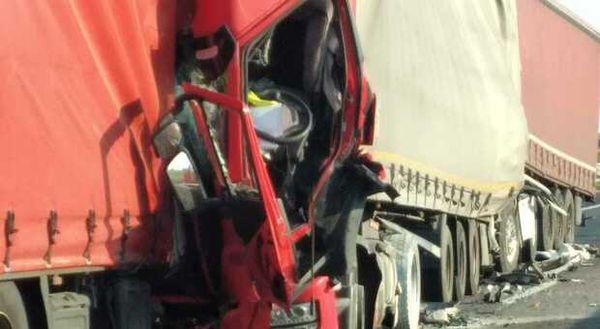 Terribile schianto tra tre mezzi pesanti: un morto e tre feriti, chiusa la A13