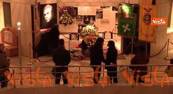 L'omaggio dei milanesi a Milva alla camera ardente del Piccolo Teatro Strehler. Le immagini