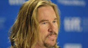 Val Kilmer e il cancro alla gola, la star di Top Gun: «Devi scegliere se respirare o mangiare»