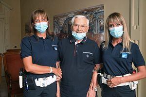 Salvato dal defibrillatore, ringrazia le agenti: