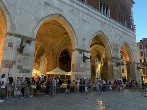 Piazza Cavalli, tanti in coda per il vaccino serale. Nella prima ora 80 dosi - Libertà Piacenza