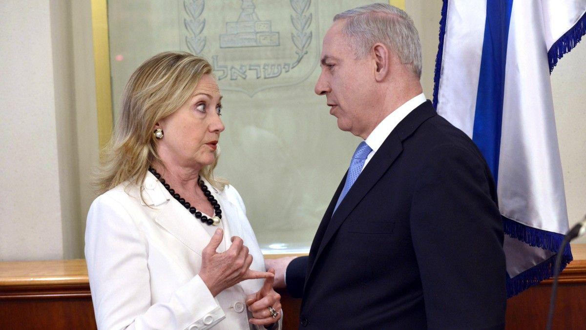 US Secretary of State Hillary Clinton, left, Israeli Prime Minister Benjamin Netanyahu talk in Jerusalem, Israel, Monday, July 16, 2012. (AP Photo/Brendan Smialowshi, Pool)