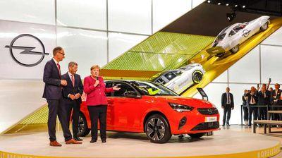 Kancelarka Angela Merkel posetila štand Opela na Salonu automobila u Frankfurtu