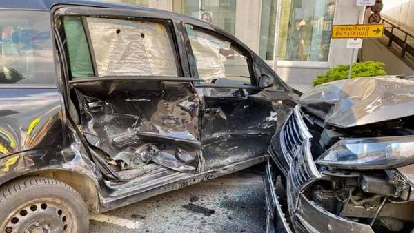 Gmünd: Zwei Verletzte bei Unfall mit vier Fahrzeugen