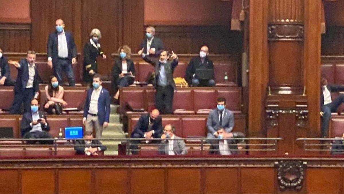 Camera deputati FdI Lega tolgono mascherina è polemica   Notizie