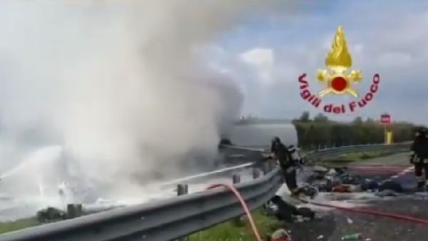 Incidente in A1, camion a fuoco dopo lo schianto: un morto | Notizie.it