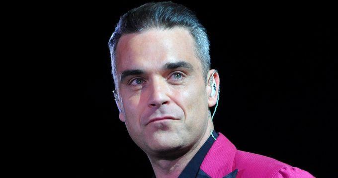 [世界盃開幕禮爭議]   Robbie Williams: 想表達比賽還有一分鐘開始  無意舉中指