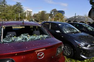 Oltre alla grandine sugli automobilisti piovono pure gli aumenti delle assicurazioni