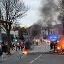 Grupa mladih u Belfastu napala policiju i zapalila autobus