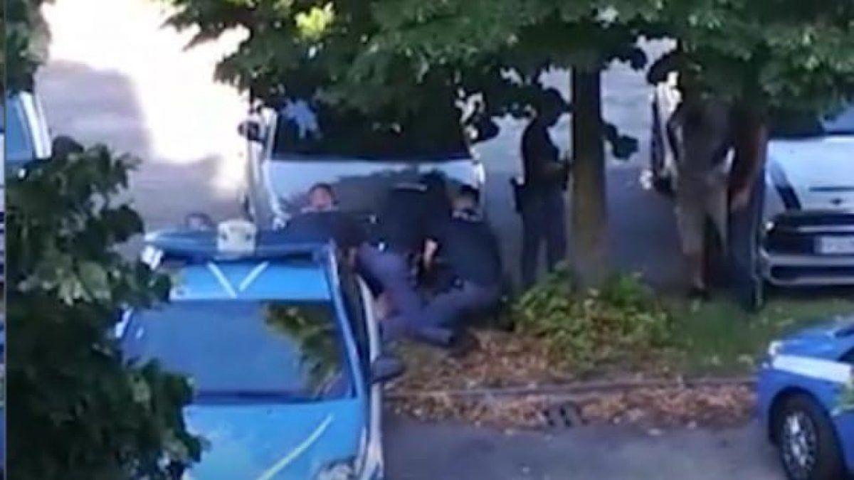 Verona arrestato bloccato terra tre poliziotti per cinque minuti video una testimone