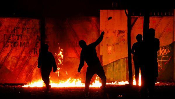 Sesta notte di disordini in Irlanda del Nord, bus dirottato e incendiato a Belfast