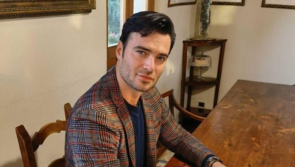 Covid, la foto di Giulio Berruti sui social: Io, vaccinato con AstraZeneca. Polemica contro il fidanzato di Maria Elena Boschi: È under40