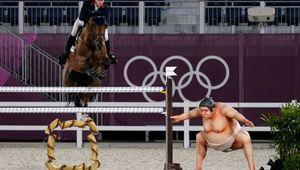 Salto ostacoli, lo scherzo del lottatore di sumo che fa spaventare i cavalli