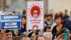 Francia, lo slogan antisemita sui cartelli dei No Vax