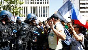 Francia, cacciatori di antisemiti e neonazi nei cortei contro il Green Pass