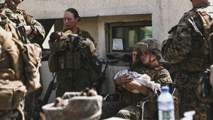 Morta la giovane marine protagonista della foto con il neonato in braccio