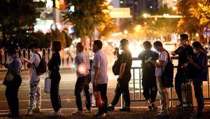 Paghe basse e orari infiniti: i giovani cinesi dicono