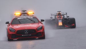 F1, il Gp del Belgio dura solo 3 giri causa pioggia. Vince Verstappen, punteggio dimezzato