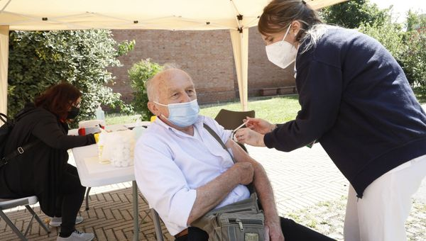 Covid, a chi dare la priorità dei vaccini? I cittadini di 13 paesi concordano: Ad anziani, fragili e poveri