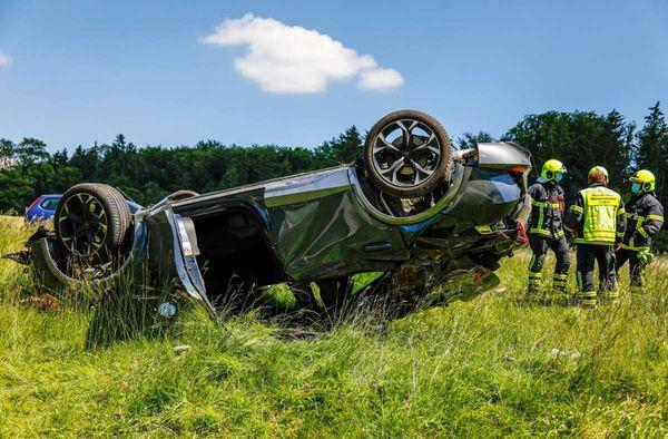 Unfall im Alb-Donau-Kreis: Fahrer will Auto in Kurve überholen - schwer verletzt