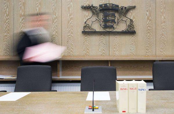 Mannheim: Mann steht wegen illegaler Millionenüberweisungen vor Gericht