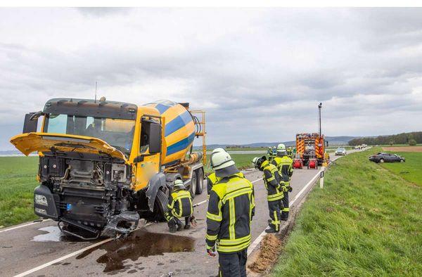 Kollision mit Betonmischer: Autofahrer stirbt nach Zusammenstoß