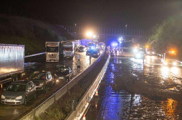 Gewaltige Unwetter in Baden-Württemberg: A8 durch Starkregen überflutet – Menschen mit Schlauchbooten gerettet