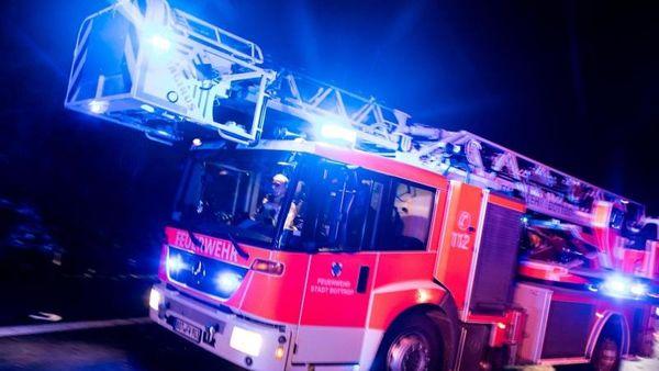 Zwei Tote nach Brand in Einfamilienhaus: Einsatz dauert an