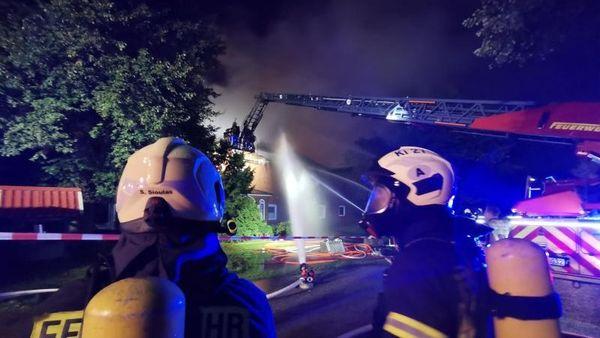 Brand in Wohnhaus und Stall: Hoher Schaden, keine Verletzten