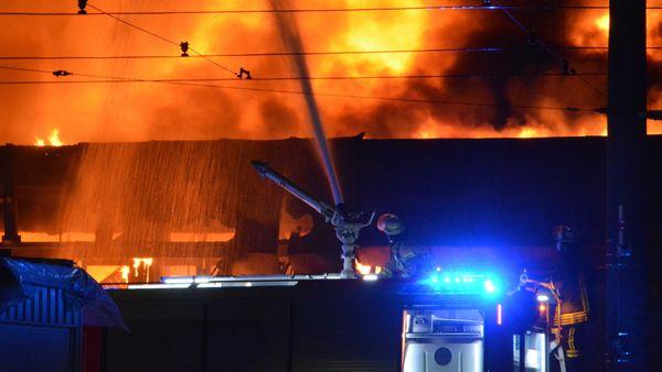 Brand Obersontheim: Tennisheim in Flammen - Feuerwehr im Einsatz