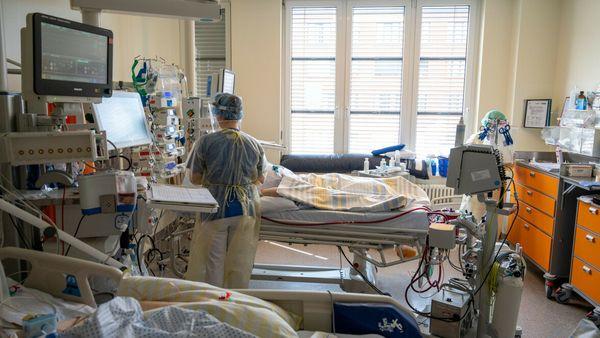 Corona in Deutschland : Intensivstationen der Kliniken füllen sich wieder bedenklich