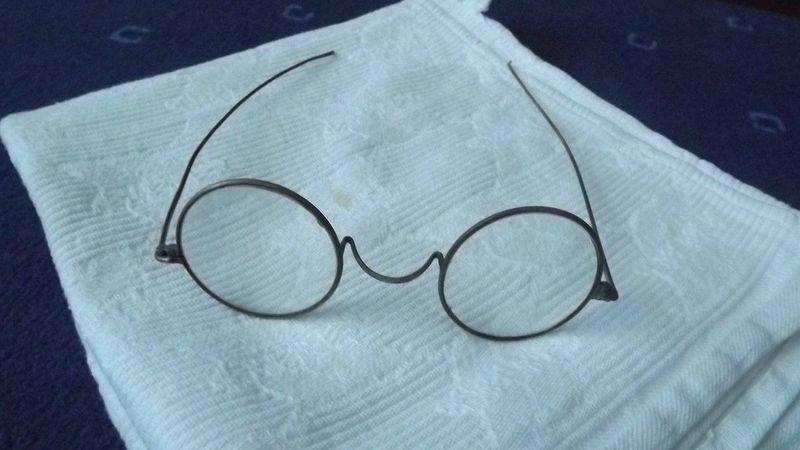 Szemüvegek és színpadi díszítők kerestetnek!