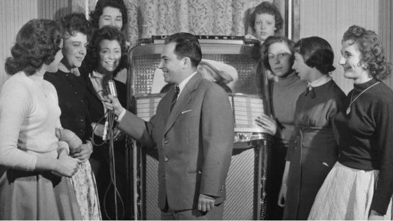 1958. Budapest, Anna presszó. A riporter Vitray Tamás(Fortepan)
