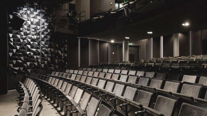 Kabát és maszk – az Örkény Színház évadkezdése még a vírusról szól